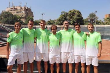 Tomás Lipovsek, el primero desde la izquierda, en El Cairo, con el equipo esloveno de Copa Davis, antes de la serie contra Egipto