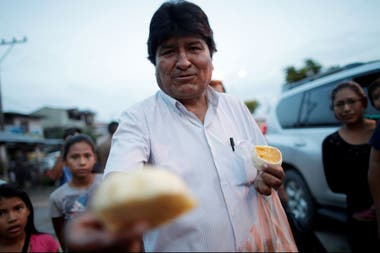 Evo Morales, durante la campaña para las elecciones de octubre pasado, ofrece fruta a los vecinos de una comunidad de El Chapare, su bastión electoral