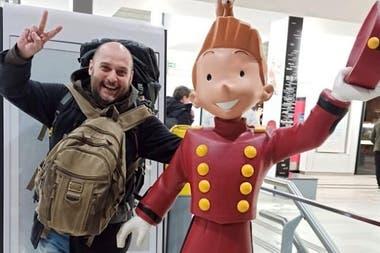 El dibujante Marcos Vergara (Loco Rabia), en su llegada a la ciudad francesa