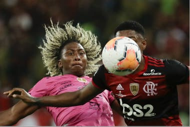 La pelota es casi un objeto de hipnosis para Angelo Preciado, de Independiente del Valle, y Vitinho, de Flamengo.