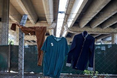 Ropa colgada debajo del puente de Libertador y 9 de Julio