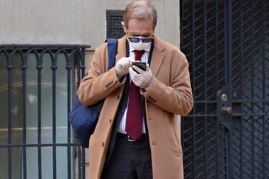 Barbijos y guantes de uso médico para quienes deben circular por las calles de Nueva York