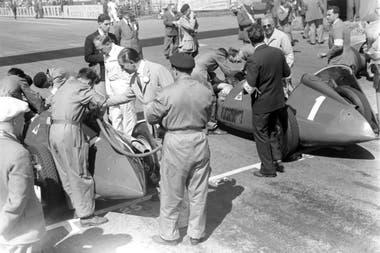 El auto N°1, de Juan Manuel Fangio, recibe asistencia antes de la largada; el balcarceño, el único piloto argentino que participó de la cita inaugural de la Fórmula 1, abandonó a falta de ocho giros, cuando marchaba segundo