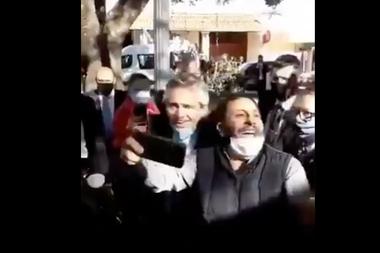 Alberto Fernández se tomó selfies y estuvo rodeado de simpatizantes en La Rioja