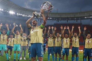 Antes del accidente: Ivanovic, el capitán, levanta el trofeo...