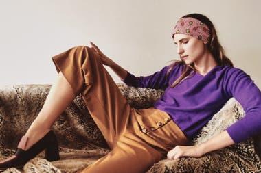 En equilibrio con un estilismo chic y cómodo que suma prendas sueltas colores, estampas y brillos
