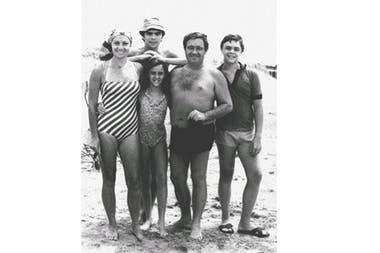 Berta Szpindler y Tato Bores de vacaiones con sus hijos en 1977, en Punta del Este