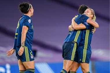 Las jugadoras de Lyon festejan uno de los tantos del triunfo que les dio la Champions League femenina