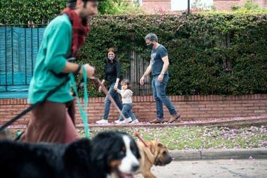 Denise y Juan pasean con Luciana, de un año y diez meses, para sacarla del encierro que provoca la pandemia