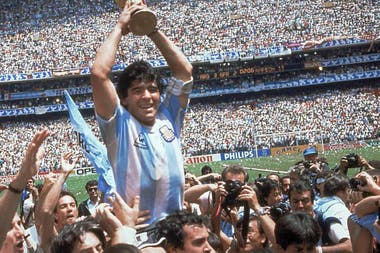 Maradona en su mayor momento de orgullo: cuando llevó a la selección nacional al Mundial de México, la última selección en ganar Argentina.