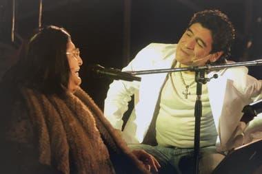 Maradona junto a Mercedes Sosa