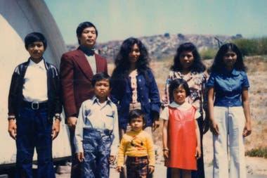 Ted, su esposa y sus tres hijos (a la izquierda) también llegaron a Camp Pendleton.