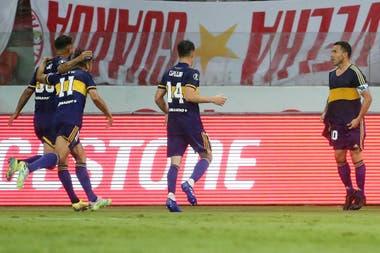 El festejo de Carlos Tevez después de su gol en Porto Alegre con la camiseta retro de Diego Armando Maradona.