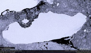 Imagen de archivo de satélite del iceberg A-68A cuando se desprendió de la plataforma de hielo Larsen C en la Antártida, 8 de abril de 2019