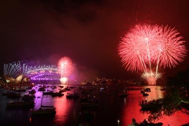 En Australia, los famosos fuegos artificiales de Sídney fueron cancelados y reemplazados por un show de siete minutos