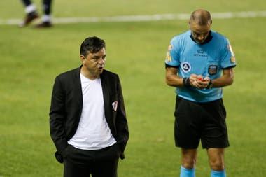 Diego Abal expulsa a Marcelo Gallardo durante la victoria de Independiente sobre River; el entrenador había hablado de épica para ir a Brasil, pero el funcionamiento no se pliega al discurso.
