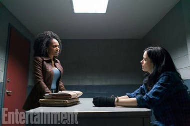 Misty Knight (Simone Missick) y Jessica Jones (Krysten Ritter), en una escena de The Defenders