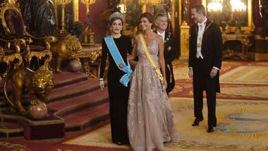 dec170150 Juliana Awada ganó el duelo de estilos con la reina  los detalles de ...