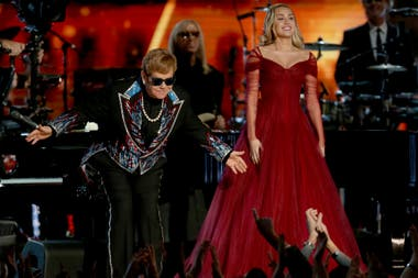 Elton John y Miley Cyrus cantando Tiny Dancer