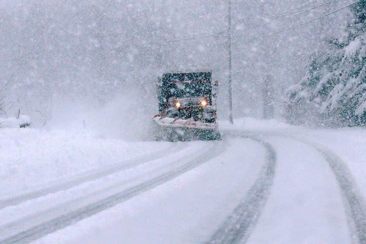 Un camión quita la nieve de una ruta que no se puede transitar