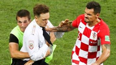 El futbolista croata Dejan Lovren parece enfrentarse a la persona que entró en el campo, en un momento de máxima tensión para su selección, cuando iba perdiendo por 2-1