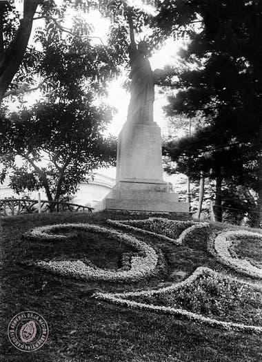 Estatua de la Libertad realizada en hierro rojo, e inaugurada en Buenos Aires el 3 de octubre de 1886. Foto enero de 1931.