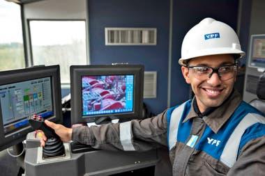 Un técnico en la perforación de YPF