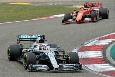 Como sucedió en lo que va de la temporada: el Mercedes de Hamilton, por delante de la Ferrari de Vettel