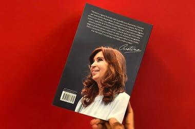 Con su silencio, la expresidenta crecía en los sondeos, pero el libro autobiográfico vuelve a mostrarla con instinto de venganza y sin autocrítica
