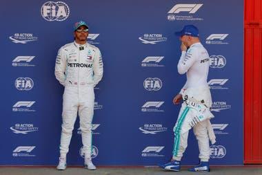 Hamilton no parece conforme: largará segudno, detrás de su compañero Bottas.