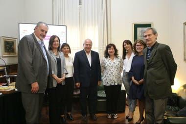 El gobernador de Santa Fe, Miguel Lifschitz, con la investigadora Raquel Chan y científicos y funcionarios