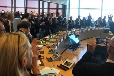 El festejo de los negociadores al alcanzar el acuerdo en Bruselas