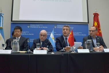 El embajador chino en el país, Zou Xiaoli; el canciller Jorge Faurie; el ministro de Agricultura, Luis Miguel Etchevehere; y el presidente del Senasa, Ricardo Negri