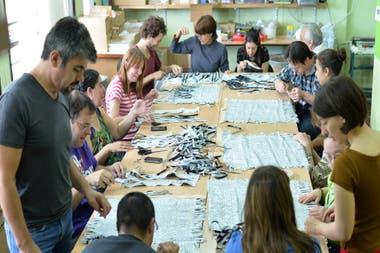 Trabajadores de Alpad confeccionando las prendas de Biótico, la marca que recupera sachets de leche, emboltorios de galletitas y descartes industriales