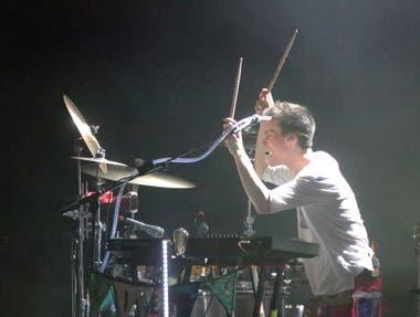 Al piano y a la batería, Jacob Collier toca en vivo cuanto instrumento se le cruza por el camino