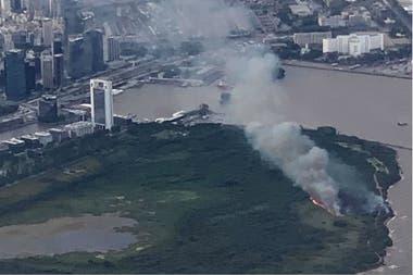 Una toma aérea del incendio de la Reserva ecológica