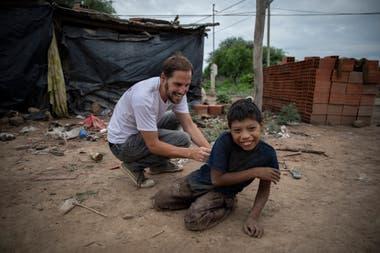 Diego Bustamante, director general de Pata Pila, juega con Bernardo Juárez en la comunidad Buen Destino