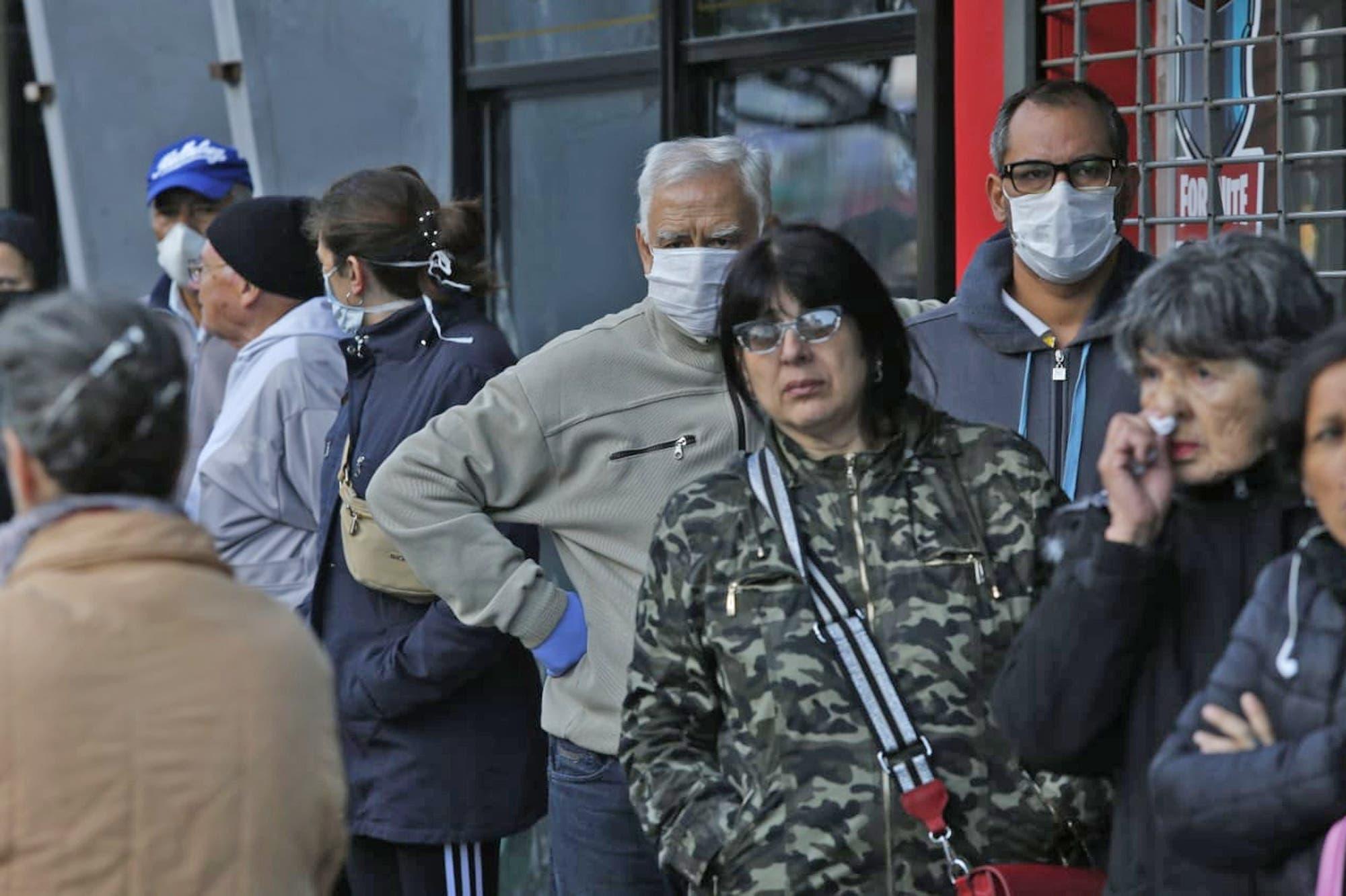 Coronavirus en la Argentina: largas colas en la reapertura de los bancos para el pago de jubilaciones