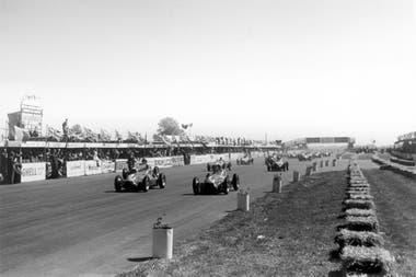 Los italianos Farina y Fagioli, con Alfa Romeo, en la primera fila de la grilla en Silverstone; después de 70 vueltas, Farina selló el histórico triunfo