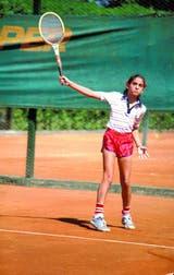 6) El revés, una marca registrada de la carrera de Sabatini: aquí, en 1980, en Buenos Aires, con una raqueta Wilson Chris Evert.