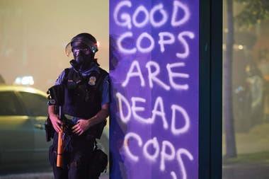 """""""Los buenos policías son los policías muertos""""; dice el grafiti"""