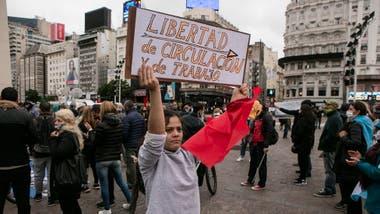 Una mujer sostiene un cartel reclamando poder circular y trabajar, durante una protesta en contra de la cuarentena en Buenos Aires, el 30 de mayo