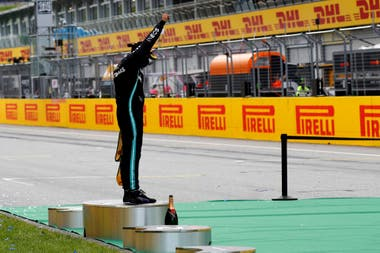 Hamilton y un mensaje en contra del racismo, en el podio del Gran Premio de Estiria, luego de haber ganado la carrera