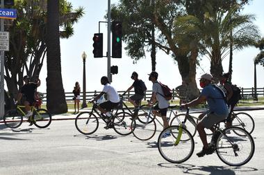 Los manifestantes montan sus bicicletas durante la manifestación Bike Rides for Black Lives en apoyo de Black Lives Matter en Santa Mónica, California, el 12 de julio de 2020