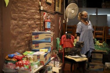 Silvia Dietrich, en un teatro con la comida donada por artistas. Artistas Solidarios. una iniciativa de un grupo de artistas que se reunieron durante la pandemia para ayudar a otros artistas que luchan por poner comida en sus mesas después de meses sin trabajo