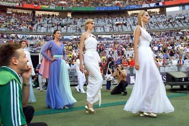 Durante el campeonato mundial de futbol FIFA 98, 300 modelos desfilaron una retrospectiva de piezas de alta costura diseñadas por Yves Saint Laurent