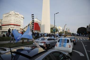 Autos y manifestantes de a pie llegaron al Obelisco pasadas las 16