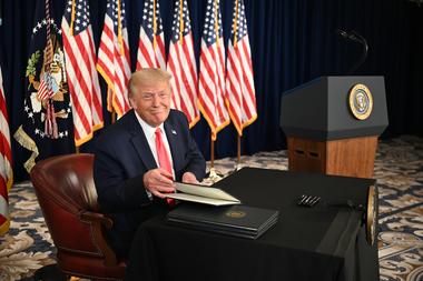 En esta foto de archivo tomada el 8 de agosto de 2020, el presidente de Estados Unidos, Donald Trump, firma órdenes ejecutivas que extienden el alivio económico del coronavirus, durante una conferencia de prensa en Bedminster, Nueva Jersey