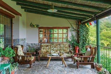Los muebles del antiguo living se llevaron a la galería, techada y cerrada en sus extremos, lo que la convierte en un refugio sumamente cómodo y también sorprendente.