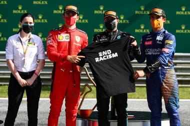 La ingeniera Holly Champman, de Mercedes, Charles Leclerc, Valtteri Bottas y Lando Norris, los integrantes del podio del Gran Premio de Austria, con la remera que los pilotos lucen en la lucha contra el racismo